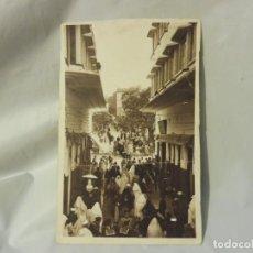 Postales: POSTAL EDITION LEBRUM FRÈRES TANGER Nº 86 UNE RUE VERS LE GRAND SOCCO ESCRITA BLANCO Y NEGRO. Lote 220791165