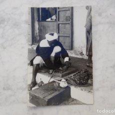 Postales: MARRUECOS. CORTADOR DE KIFI. FOTO GARCIA CORTES. CIRCULADA. Lote 221266525