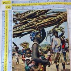 Postales: POSTAL DE ÁFRICA SUBSAHARIANA. ESCENA VIVA TIPISMO FOLKLORE ÉTNICA. MUJER MADRE BEBE LEÑA. 820. Lote 261964745