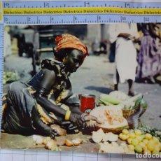 Postales: POSTAL DE ÁFRICA SUBSAHARIANA. ESCENA VIVA TIPISMO FOLKLORE ÉTNICA. MUJER VENDEDORA MERCADO. 825. Lote 261965030