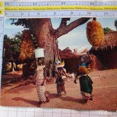 Postales: POSTAL DE ÁFRICA SUBSAHARIANA. ESCENA VIVA TIPISMO FOLKLORE ÉTNICA. MUJERES HACIA EL MERCADO. 834. Lote 261965660
