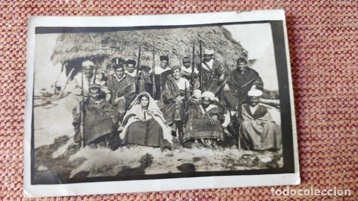 POSTAL. DE MILITARES ESPAÑOLES CON MARROQUIÉS EN LARACHE Y ALKAZAR KEBIR. MARRUECOS. AÑOS 30. (Postales - Postales Extranjero - África)