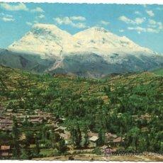 Postales: ASPECTO PARCIAL DE LA CIUDAD DE YUNGAY TENIENDO AL FONDO EL NEVADO HUASCARÁN SIN CIRCULAR. Lote 27467430