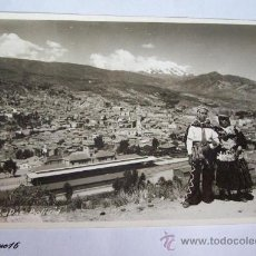 Postales: LA PAZ, BOLIVIA. 1955. PANORAMA, PAREJA TRAJE TIPICO. TYPICAL. Lote 26335258