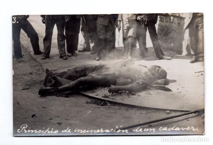 POSTAL FOTOGRÁFICA REVOLUCIÓN MEXICANA 1910 - PRINCIPIO DE INCINERACIÓN DE UN CADAVER (Postales - Postales Extranjero - América)
