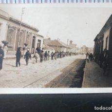 Postales: ANTIGUA GUATEMALA POSTAL 1900 INDIGENAS OBREROS EN LINEA CALLE CENTRAL COLONIA. Lote 227806330
