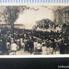 Postales: POSTAL GUATEMALA ANTIGUA MANIFESTACION OBRERA MULTITUD INDIGENAS COLONIA. Lote 227806361