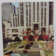 Postales: POSTAL THE CHANNEL GARDENS ROCKEFELLER CENTER NEW YORK CITY. ALFRED MAINZER. CIRCULADA ESCRITA. Lote 240902395