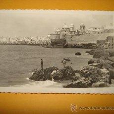 Postales: ANTIGUA TARJETA FOTO POSTAL DE CÁDIZ . PANORÁMICA DE LAS MURALLAS. . Lote 34735223