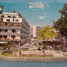 Postales: POSTAL DE TORREMOLINOS, MÁLAGA. AÑO 1965. PLAZA Y AVENIDA MANANTIALES. 1370. . Lote 35422503