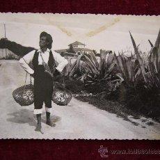 Postales: POSTAL 274. TORREMOLINOS. MÁLAGA. TÍPICO VENDEDOR DE PESCADO. FOT. CORTES.. Lote 35610921