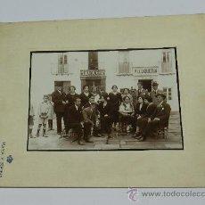 Postales: ANTIGUA FOTOGRAFIA DE SEVILLA, PERSONAL DE LA PELUQUERIA FRANCISCO DE LA FUENTE Y VECINOS, FOTO RAYA. Lote 36898403