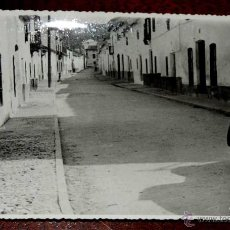 Postales: FOTOGRAFIA DE TORREDONJIMENO (JAEN), PAVIMENTACION CALLE DE LOS REYES CATOLICOS, 1950 APROX. MIDE 17. Lote 44416059