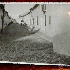 Postales: FOTOGRAFIA DE MENGIBAR (JAEN), CALLE CORREDERA, 1950 APROX. MIDE 17,58 X 11,6 CMS. APROX. FOTOGRAFIA. Lote 44425536
