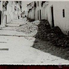 Postales: FOTOGRAFIA DE CASTILLO DE LOCUBIN (JAEN), CALLE SAN JURJO, 1950 APROX. MIDE 17,58 X 11,6 CMS. APROX.. Lote 44428795
