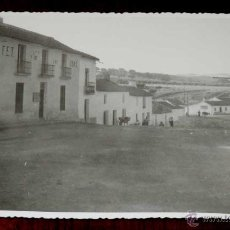 Postales: FOTOGRAFIA DE CARBONEROS (JAEN), CALLE JOSE ANTONIO 1950 APROX. MIDE 17,58 X 11,6 CMS. APROX. FOTOGR. Lote 44429009
