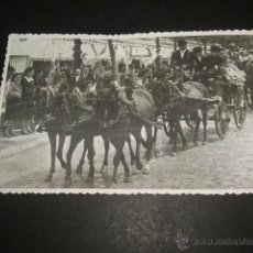 Postales: SEVILLA FERIA ABRIL 1951 FOTO SERRANO TREN DE DON JUAN MANUEL URQUIJO JACAS CHICAS. Lote 51146731