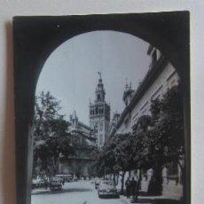 Postales: POSTAL DE SEVILLA - LA GIRALDA Y PLAZA DEL TRIUNFO. Lote 62162520