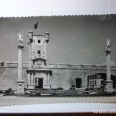 Postales: POSTAL PUERTA DE TIERRA (CADIZ). ED. SICILIA. CIRCULADA 1960.. Lote 69886373