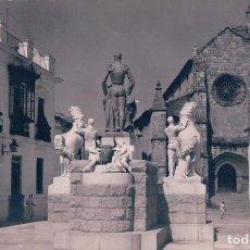 Postales: POSTAL FOTOGRAFICA 42 CORDOBA,MONUMENTO AL GRAN TORERO MANOLETE Y AL FONDO STA MARINA. CIRCULADA. Lote 74620243