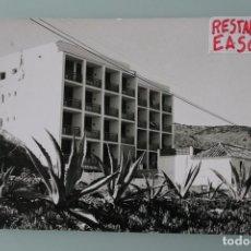 Postales: ANTIGUA FOTOGRAFIA BLANCO NEGRO HOSTAL RESTABERNA EASO CARVAJAL FUENGIROLA MALAGA – AÑOS 60. Lote 85547404