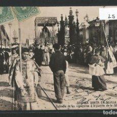 Postales: SEVILLA - SEMANA SANTA - COFRADÍA DE LAS CIGARRERAS EN LA PUERTA DE LA FÁBRICA DE TABACOS - P25142. Lote 116104495