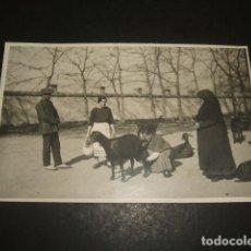 Postkarten - GRANADA MUJER ORDEÑANDO UNA CABRA POSTAL FOTOGRAFICA HACIA 1920 - 122573479