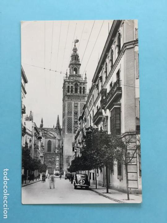 POSTAL LA GIRALDA DESDE LA CALLE DE MATEO GAGO SEVILLA _LEY218 (Postales - España - Andalucia Moderna (desde 1.940))
