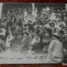 Postales: FOTOGRAFIA DE CORRIDA DE TOROS DE LA FERIA DE ALGECIRAS, CADIZ, PUBLICO DE LA PLAZA DE TOROS, 18 DE . Lote 141546302