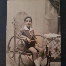 Postais: LA CAROLINA JAEN RETRATO DE NIÑO EN MECEDORA POSTAL FOTOGRAFICA ALCAÑIZ FOTOGRAFO. Lote 147615386