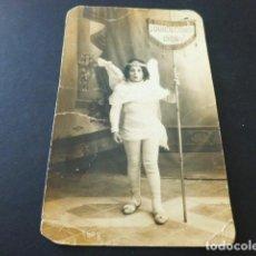 Postais: UBEDA JAEN POSTAL FOTOGRAFICA NIÑO VESTIDO DE ANGEL CON EMBLEMA SEMANA SANTA HACIA 1920. Lote 164843798