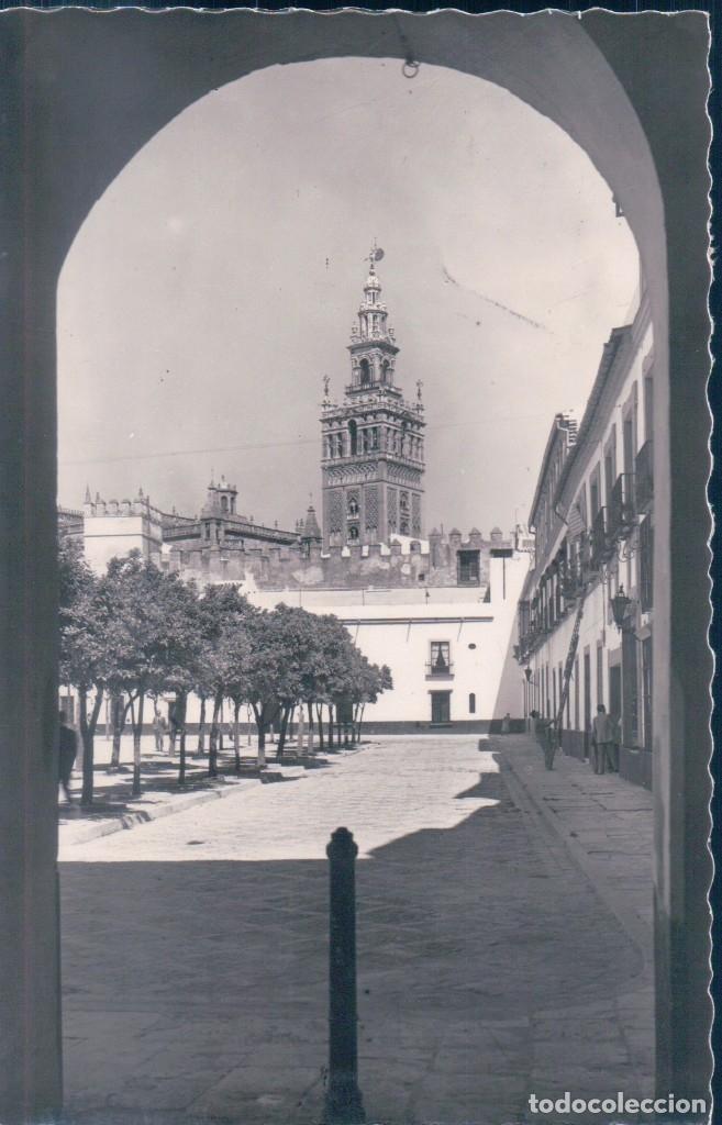 POSTAL SEVILLA - LA GIRALDA DESDE EL PATIO DE BANDERAS - GARRABELLA - CIRCULADA POR AVION (Postales - España - Andalucía Antigua (hasta 1939))