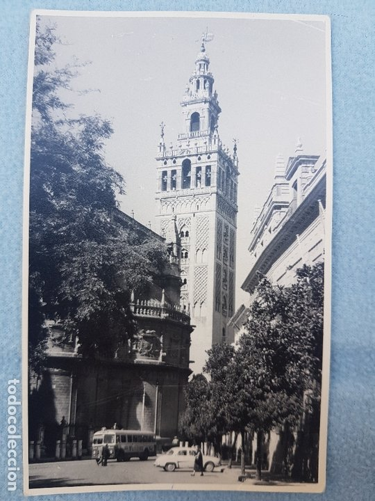 SEVILLA LA GIRALDA CON ESCENA URBANA POSTAL FOTOGRAFICA (Postales - España - Andalucía Antigua (hasta 1939))