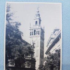 Postales: SEVILLA LA GIRALDA CON ESCENA URBANA POSTAL FOTOGRAFICA. Lote 176081390