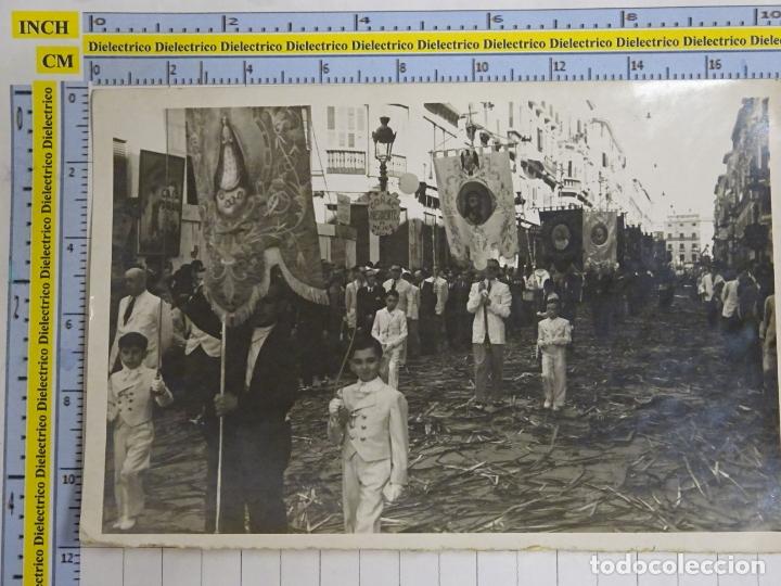 FOTO FOTOGRAFÍA. AÑOS 50. MÁLAGA, PROCESIÓN POR CALLE LARIOS. SIMPECADOS COFRADÍAS MALAGUEÑAS . 0 (Postales - España - Andalucia Moderna (desde 1.940))