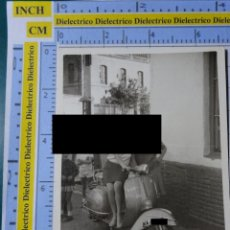 Postales: FOTO FOTOGRAFÍA DE MÁLAGA. AÑOS 40 60. MUJERES EN MOTO VESPA. 1729. Lote 194701046