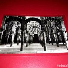"""Postales: CORDOBA """" LABERINTO DE COLUMNAS EN LA MEZQUITA """" ESCRITA Y SELLADA. Lote 210588802"""