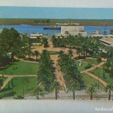 Postales: POSTAL DE HUELVA : MUELLE Y JARDINES. AÑOS 60. Lote 220885870