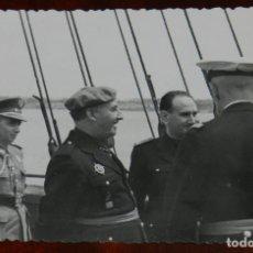 Postales: FOTOGRAFIA DEL GENERAL FRANCO EN SU VISITA A HUELVA EN 1943, ACOMPAÑADO DE LA PLANA MAYOR, FOTO ZEGR. Lote 264837944