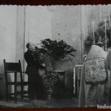 Postales: FOTOGRAFIA DEL GENERAL FRANCO EN SU VISITA A HUELVA EN 1943, ASISTIENDO A UNA CEREMONIA RELIGIOSA, F. Lote 264838199