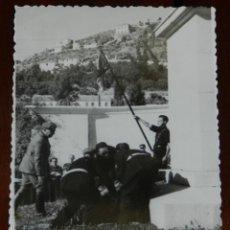 Postales: FOTOGRAFIA DEL GENERAL FRANCO EN SU VISITA A GRANADA , AÑOS 40, FOTO ZEGRI, MADRID, MIDE 11 X 8 CMS.. Lote 264850424