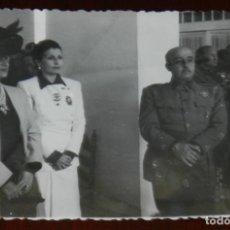 Postales: FOTOGRAFIA DEL GENERAL FRANCO EN SU VISITA A GRANADA , JUNTO A JERARCA DE LA SECCION FEMENINA, AÑOS. Lote 264850764