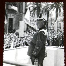 Postales: FOTOGRAFIA DE JAEN, VISITA DEL GENERAL FRANCO, AÑOS 40, SALUDANDO AL PUBLICO ASISTENTE, FOTO ZEGRI,. Lote 264855779