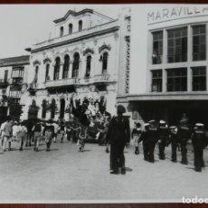 Postales: FOTOGRAFIA DE JEREZ DE LA FRONTERA, ROTONDA DE LOS CASINOS, CARNAVAL DE 1949, MIDE 24,7 X 19 CMS.. Lote 288596143