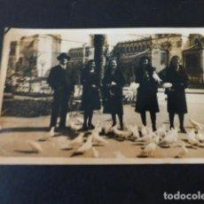Postales: SEVILLA JARDINES DE MARIA LUISA GRUPO CON PALOMAS POSTAL FOTOGRAFICA. Lote 288706783