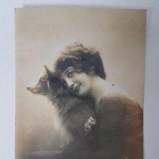 Postales: ANTIGUA POSTAL DE 1918, DAMA CON SU MASCOTA . Lote 95605383