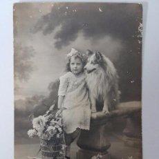 Postales: ANTIGUA POSTAL DE 1918, ADORABLE NIÑA CON SU MASCOTA . Lote 95605455