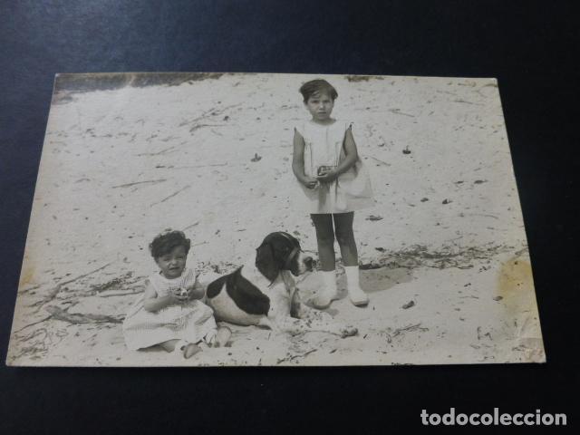 NIÑAS CON PERRO EN PLAYA POSTAL FOTOGRAFICA AÑOS 20 (Postales - Postales Temáticas - Animales)