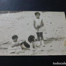 Postales: NIÑAS CON PERRO EN PLAYA POSTAL FOTOGRAFICA AÑOS 20. Lote 147819586