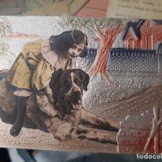 Postais: ANTIGUA POSTAL ROMANTICA RELIEVE NIÑA Y PERRO BADALONA 1907. Lote 168057448